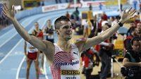 Jakub Holuša se raduje po doběhu finále na 800 metrů na MS v Istanbulu.