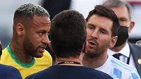Argentinec Lionel Messi a Brazilec Neymar diskutují poté, co se nedohrál nedělní zápas kvalifikace mistrovství světa v Sao Paulu. Brazilská policie začala vyšetřovat čtveřici argentinských fotbalistů.