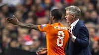 Nizozemský kouč Guus Hiddink poslouchá připomínky Georginia Wijnalduma.