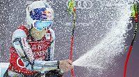 Ester Ledecká slaví se šampaňským svůj triumf v super-G.