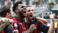 Fotbalisté AC Milán slaví branku do sítě Parmy