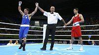 Italský boxer Carmine Tommasone oslavuje vítězství proti Mexičanovi Delgadovi.