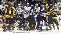 Do hromadné bitky ve třetí třetině mezi hokejisty San Jose Sharks a Pittsburghu Penguins se zapojil i Sidney Crosby.