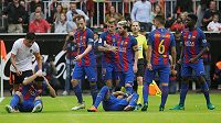 Luis Suárez (vlevo) a Neymar leží na zemi. Mezi radující se hráče Barcelony neukázněný fanoušek Barcelony hodil plastovou lahev.