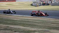Sebastian Vettel z Ferrari a Lewis Hamilton z Mercedesu při Velké ceně Británie.