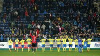 Zlínští hráči děkují fanouškům po vyhraném zápase se Slováckem. Výhry se dočkali po dvou měsících.