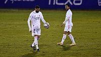 Fotbalisté Realu Madrid ve třetím kole Španělského poháru nečekaně prohráli 1:2 po prodloužení s třetiligovým Alcoyanem. S míčem nevěřícně kráčí Karim Benzema, sleduje jej spoluhráč Eden Hazard.