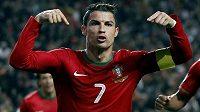Portugalec Cristiano Ronaldo oslavuje svoji vítěznou trefu v úvodním utkání baráže o postup na MS se Švédskem.