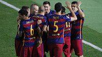 Fotbalisté Barcelony slaví gól.
