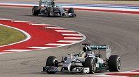 Britský jezdec na čele závodu před kolegou Rosbergem.