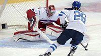 Finský hokejista Patrik Laine se snaží překonat českého gólmana Víta Vaněčka v utkání na MS do 20 let.