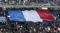 Obří franouzská vlajka v hledišti v areálu Roland Garros při semifinále Davis Cupu s Českou republikou.