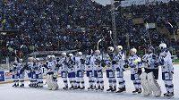 Hokejisté Komety slaví s fanoušky výhru nad Plzní.