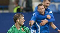 Za zklamaným brankářem Admiry Manuelem Kuttinim se radují z gólu Nikolaj Komličenko (vlevo) a Vladimír Coufal.