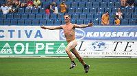 Naháč z tábora drážďanských fanoušků přerušil utkání v Teplicích.