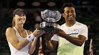 Švýcarsko-indický tenisový tandem Hingisová a Paes pózují s trofejí z Australian Open.