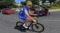 Lídr Tour Julian Alaphilippe vyrazil během volného dne na projížďku na elektrokole.