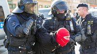 Policie zasahuje před zápasem s Baníkem Ostrava proti sparťanským fanouškům.