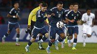 Argentinští útočníci Carlos Tévez (v popředí) a Lionel Messi v utkání proti Uruguayi na Copa América.