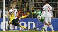 Dortmundský Sokratis (vlevo) dává gól proti tureckému týmu Galatasaray Istanbul.