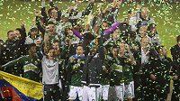 Fotbalisté Portlandu s trofejí pro vítěze MLS.