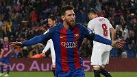 Barcelonský Lionel Messi se raduje z gólu proti Seville.