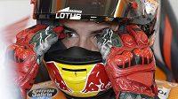 Španělský jezdec Marc Marquéz se na brněnském okruhu ve vedru koncentruje na páteční trénink.
