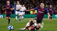 Obránce Barcelony Thomas Vermaelen padá po zákroku Erika Lamely z Tottenhamu v utkání Ligy mistrů.