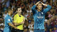 Jako kdyby Cristiano Ronaldo nevěřil, že dostal od rozhodčího červenou kartu. A teď zírá ještě víc, kvůli trestu si nezahraje pět utkání.
