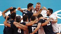 Volejbalisté Íránu se radují z výhry nad Polskem na olympijských hrách v Tokiu.