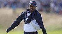 Zachmuřený golfista Tiger Woods.