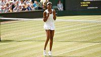 Venus Williamsová se raduje z postupu do finále Wimbledonu.