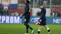 Zklamaní hráči Manchesteru United Wayne Rooney, vpravo, a Danny Welbeck po porážce s Olympiakosem.