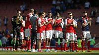 Rozpačití hráči Arsenalu po boji s Evertonem. Ligu mistrů hrát nebudou. Vlevo Petr Čech.