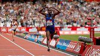 Mo Farah ozdobil mítink Diamantové ligy v Londýně nejlepším letošním světovým časem na 5000 metrů.
