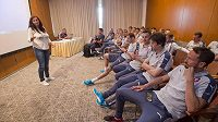 Hráči české fotbalové reprezentace absolvovali 3. června v Praze v rámci přípravy na ME ve Francii seminář o výkladu pravidel rozhodčích. Vlevo je členka komise rozhodčích UEFA Dagmar Damková.