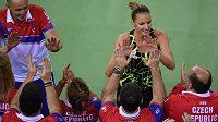 Karolína Plíšková se raduje s fedcupovým týmem v rumunské Kluži.