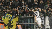 Stephan Lichtsteiner slaví s fanoušky Juventusu svůj gól v nedělním šlágru s Interem Milán.