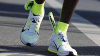 Eliud Kipchoge vyhrál maratón v Berlíně, ale přes dvacet kilometrů běžel s vložkami, které mu vyčuhovaly z bot.