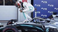 Lewis Hamilton z Mercedesu slaví vítězství ve Velké ceně Ruska.