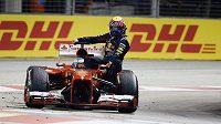 Moment, který se stewardům v Singapuru nelíbil. Fernando Alonso svezl na svém voze Marka Webbera.