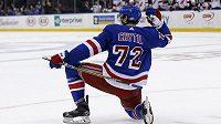Typická gólová oslava Filipa Chytila (72) z New Yorku Rangers. Osmnáctiletý hráč simuluje střelbu z luku.