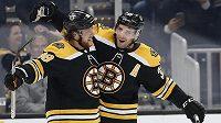 Radost hokejistů Bostonu. Slaví útočníci Patrice Bergeron (37) a David Pastrňák (88).