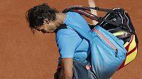 Zklamaný Rafael Nadal po porážce od Novaka Djokoviče na Roland Garros.
