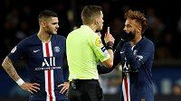 Neymar (vpravo) z PSG se dohaduje se sudím Clementem Turpinem při utkání s Lille.