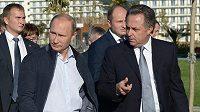 Ruský prezident Vladimir Putin a ministr sportu Vitalij Mutko (vpravo).