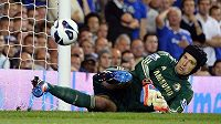 Přímý kop Dannyho Guthrieho z Readingu (není na snímku) gólmana Chelsea Petra Čecha pořádně zaskočil a skončil za jeho zády.