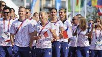 Čeští sportovci při slavnostním vztyčování české vlajky v olympijské vesnici