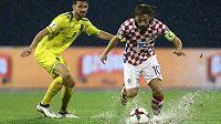 Zleva Enis Alushi z Kosova a Chorvat Luka Modrič.