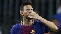Hvězda Barcelony Lionel Messi zdraví fanoušky po výhře nad Juventusem Turín v Lize mistrů.